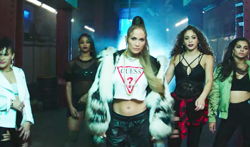 Η Jennifer Lopez παρασύρει στο νέο single «Amor, Amor, Amor»