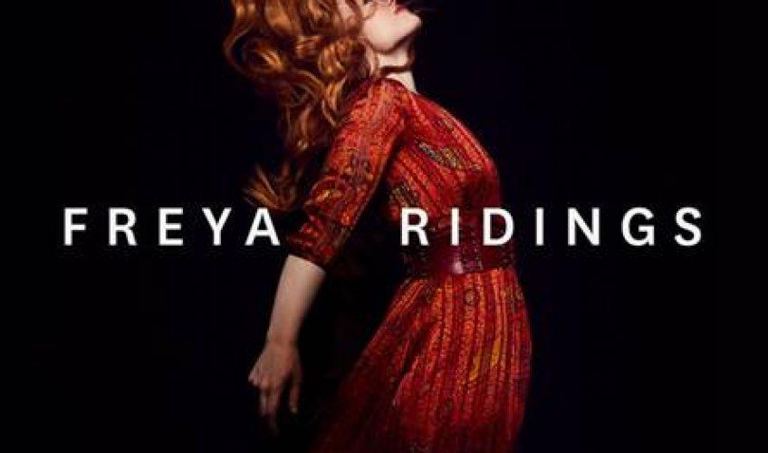 H Freya Ridings στοχεύει να αποδείξει ότι δεν είναι απλά ένα one-hit wonder, αλλά ένα λαµπρό αστέρι. To ντεμπούτο album που έχει ως τίτλο το όνομα της καλλιτέχνιδας 'Freya Ridings', κυκλοφορεί και ήδη έχει αποσπάσει τις καλύτερες κριτικές.