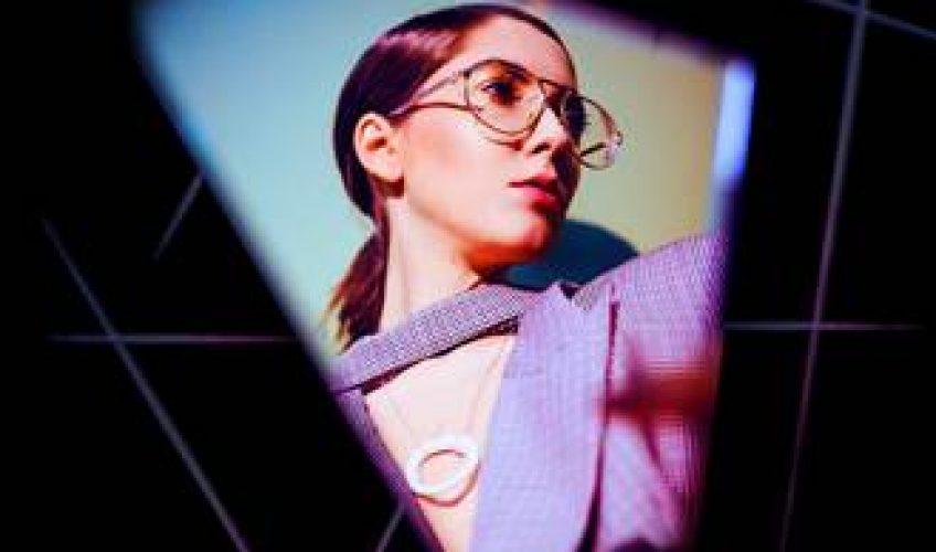 """Η τραγουδίστρια-τραγουδοποιός Iova κυκλοφορει το νέο της single """"Down On My Knees"""" … Είναι σε συνεργασία με τον Paul Damixie, πολύ γνωστό DJ και παραγωγό."""