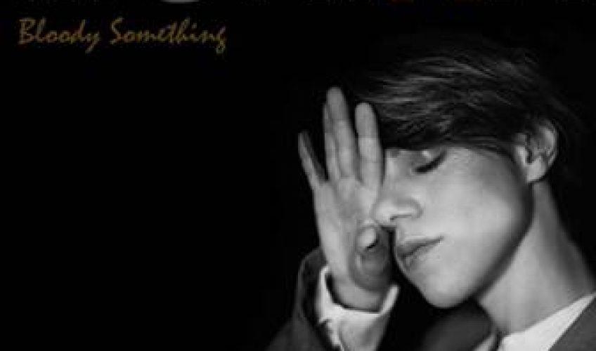 Παρουσιάζοντας μία από τις μεγαλύτερες επιτυχίες της, το «Bloody Something», με καινούργια ενορχήστρωση, η Monika κατακτά ξανά τα charts, 10 χρόνια μετά την πρώτη κυκλοφορία του τραγουδιού.