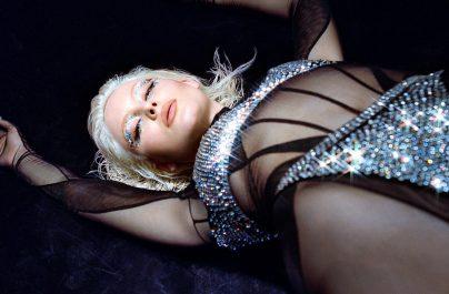 """Η πολυπλατινένια καλλιτέχνιδα, τραγουδίστρια, τραγουδοποιός και ακτιβίστρια Zara Larsson παρουσιάζει ένα καινούριο single και music video με τίτλο """"Love Me Land""""."""