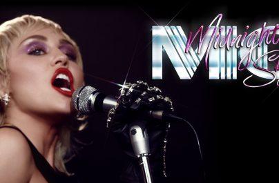 """Η παγκόσμια superstar, Miley Cyrus, παρουσιάζει το νέο της τραγούδι """"Midnight Sky""""."""